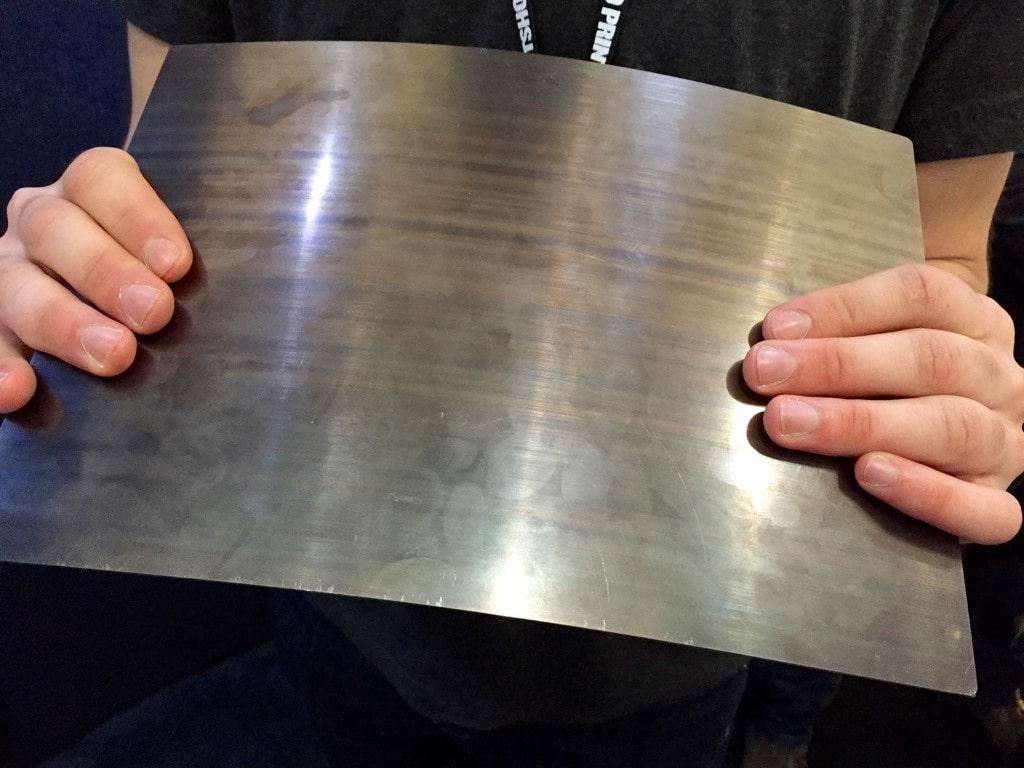 ورق فنری از جنس فولاد، در حالت خم شده.